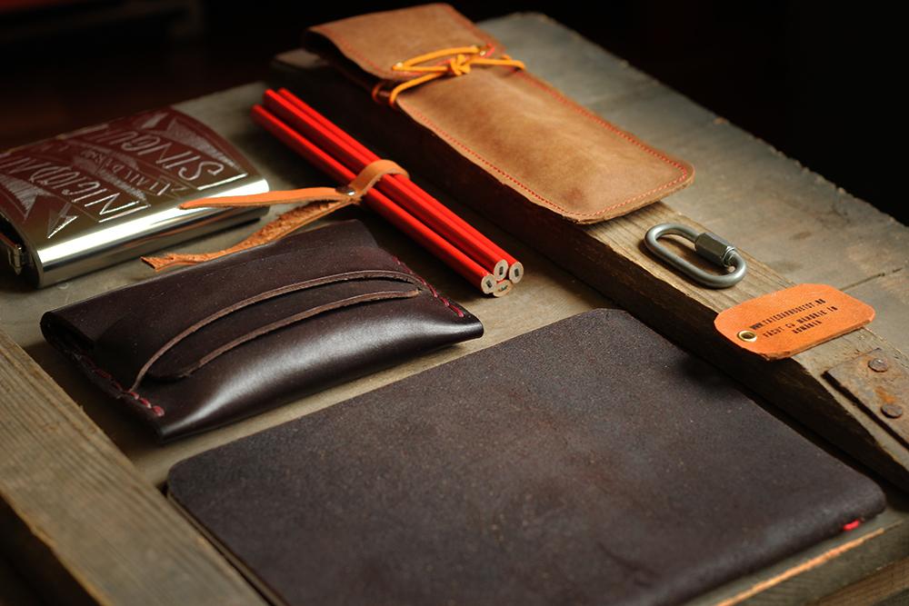 Taie dar nu de tot - obiecte facute de mana din piele, lemn si metal