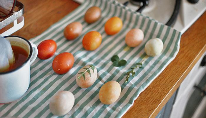 Ouă vopsite natural cu legume și decorate cu flori