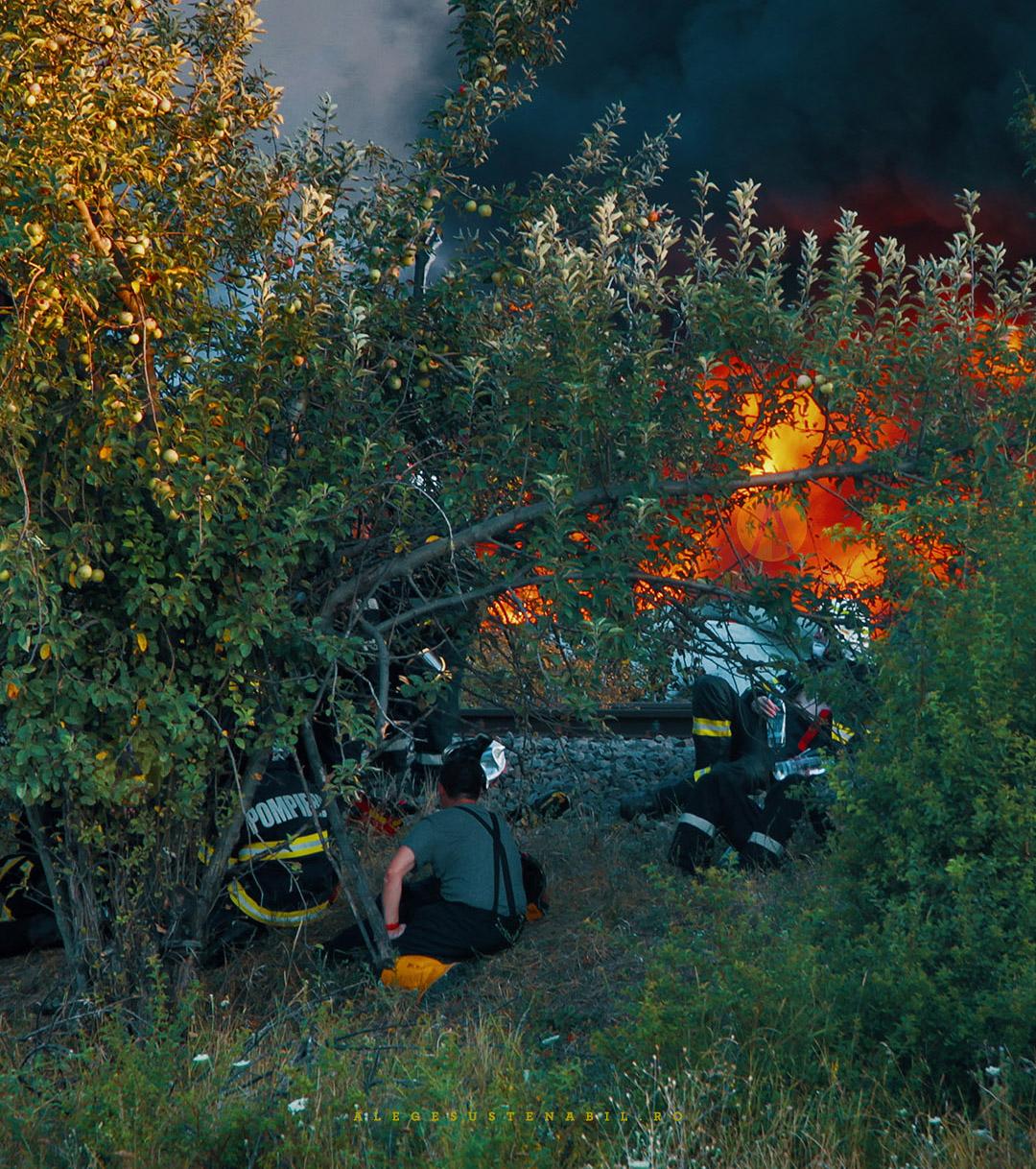 Pompierii beau apa adusa de privitori de la magazinul aflat la 1 km departare
