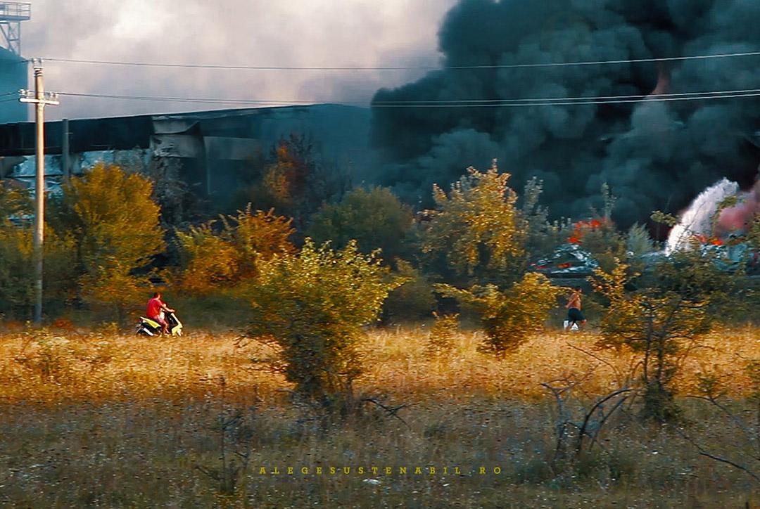 Privitorii la incendiul de la Fabrica de orez Atifco Bragadiru aduc cu scooterul apa de baut pompierilor